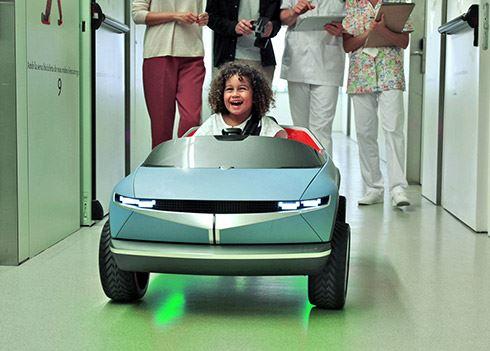 Elektrische miniauto stelt jonge ziekenhuispatiëntjes op hun gemak