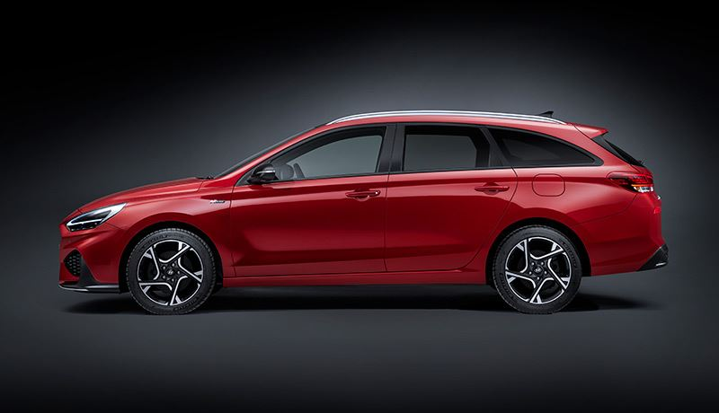 De stoere bumperpartijen en het zwarte spoilerwerk van de Hyundai i30 Wagon trekken opvallend veel bewondering.