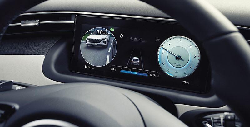 Wanneer je in de nieuwe Hyundai TUCSON de richtingaanwijzer activeert zie je op het cockpitscherm het verkeer in de dodehoek.