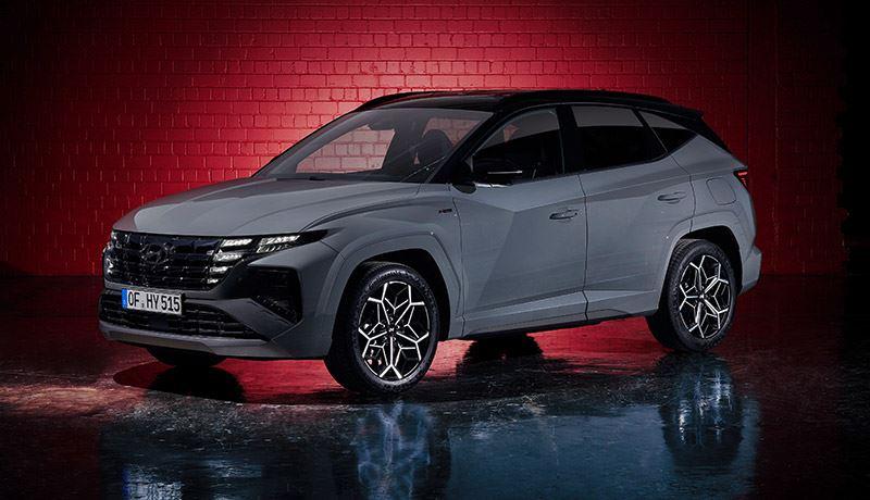 De supersportieve Hyundai TUCSON N Line met zijn aerodynamische spoiler en stoere lichtmetalen 19-inch velgen.