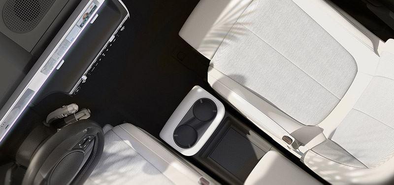 De middenconsole van de IONIQ 5 kan heen en weer schuiven. Daardoor kunnen passagiers comfortabel in- en uitstappen.
