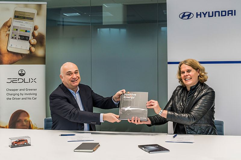 Serge Subiron, CEO van Jedlix Nederland (links) en Anne Lobbes, Manager PR van Hyundai Nederland.