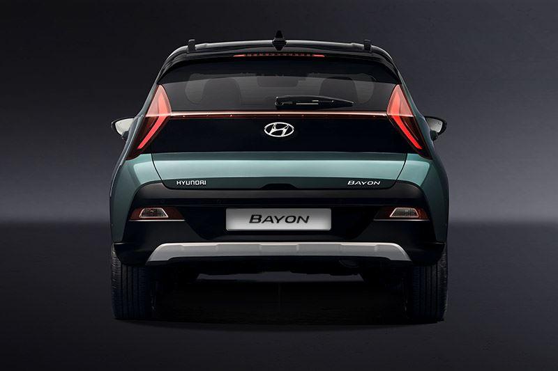 De pijlvormige achterlichten zijn ver uit elkaar geplaatst en benadrukken de breedte van de Hyundai BAYON.