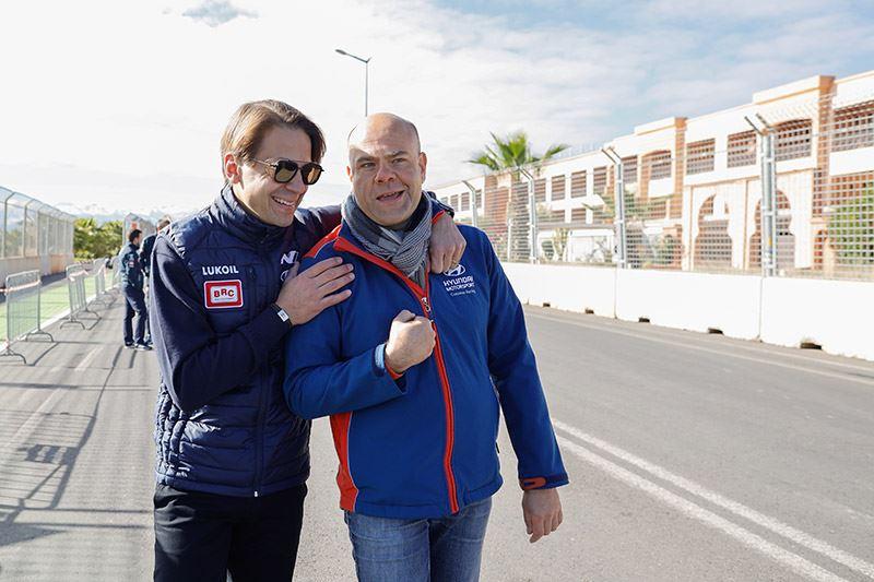 Augusto Farfus (links) en Andrea Adamo vertellen over elektrisch racen in aflevering twee van de podcastserie van Hyundai Are We There Yet?
