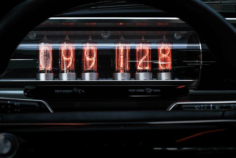 Het instrumentarium in de Hyundai Pony EV Heritage is vervangen door warm oplichtende gloeilampen met daarin grote cijfers.