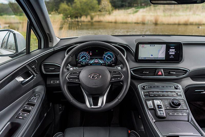 'Het infotainmentsysteem in de Hyundai SANTA FE is even uitgebreid als goed doordacht'.