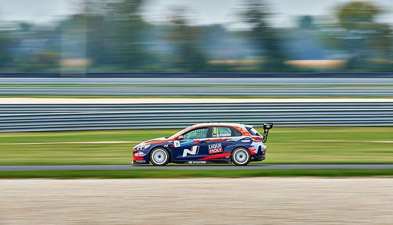 Luca Engstler, coureur van Hyundai Motorsport in het WTCR, in actie.