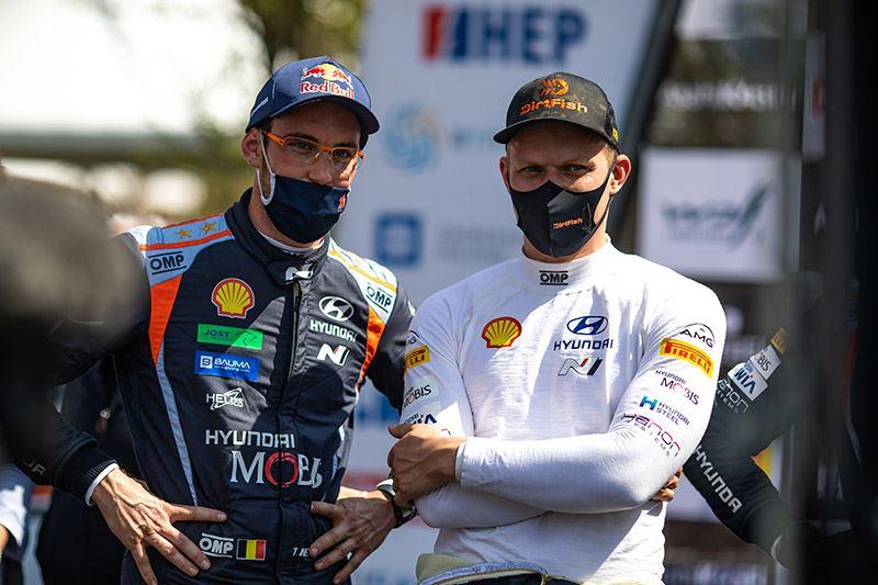 De rallyrijders Thierry Neuville (links) en Ott Tänak rijden ook volgend jaar voor Hyundai Motorsport.