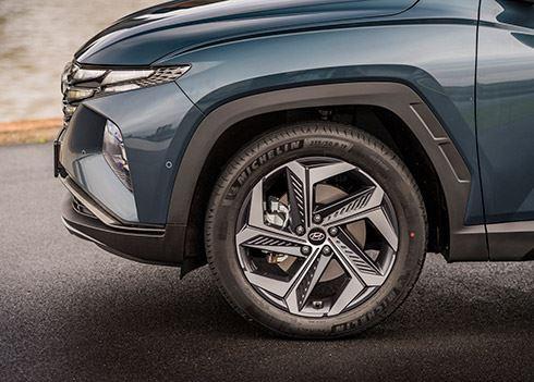 TUCSON vs. Tiguan: 'De Hyundai zit veel royaler in zijn spullen'