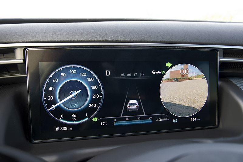 Bijzonder prettig in de Hyundai TUCSON zijn de twee schermpjes op het dashboard die tonen wat er zich in de dode hoek bevindt.