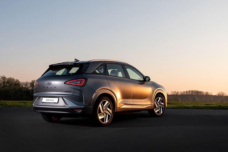 De lak, fraai vormgegeven velgen en een doorlopende lichtbalk aan de voorkant maken de Hyundai NEXO een echte eyecatcher.