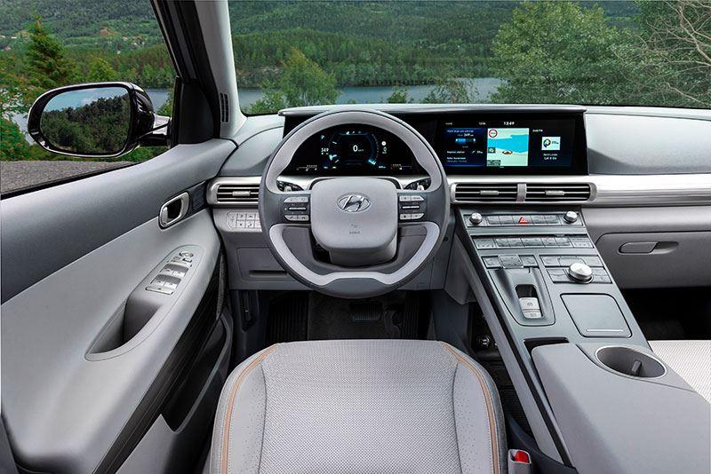 Qua rijgedrag heeft de Hyundai NEXO echte SUV-eigenschappen; de zitpositie is hoog en de auto voelt groot aan.
