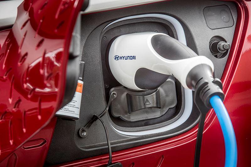 De Hyundai KONA Electric is er met keuze uit twee verschillende batterijpakketten: 64 kWh en 39 kWh.