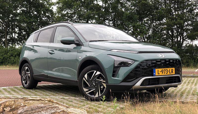 Voor het B-segment is de Hyundai BAYON best een ruime auto, achterin kunnen volwassenen goed zitten.