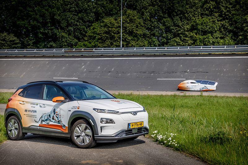 Hyundai steunt Vattenfall Solar Team met twee fraai gewrapte, volledig elektrische Hyundai's KONA Electric