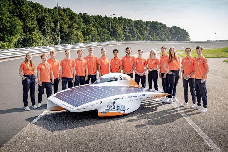 Elke twee jaar presenteert Vattenfall Solar Team een gloednieuwe zonneauto waarmee het de strijd aangaat met andere zonneauto's