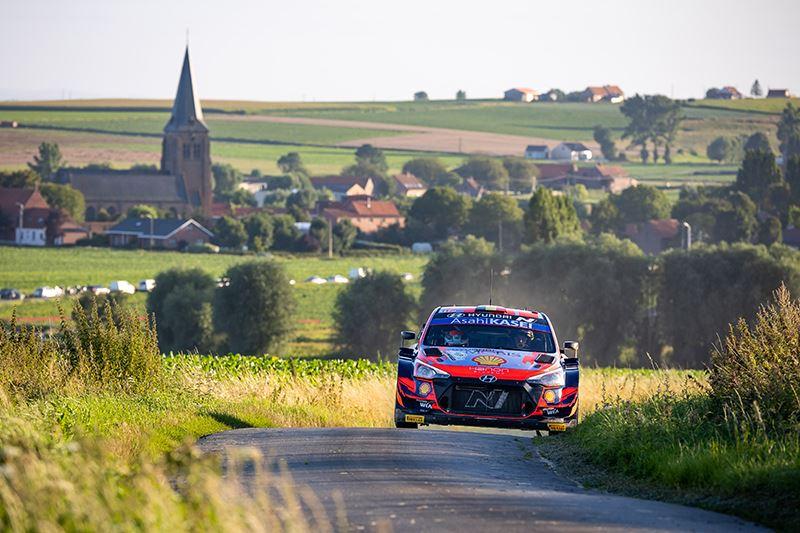 Thierry Neuville en zijn navigator Martijn Wydaeghe van Hyundai Motorsport in actie in de Rally van Ieper.