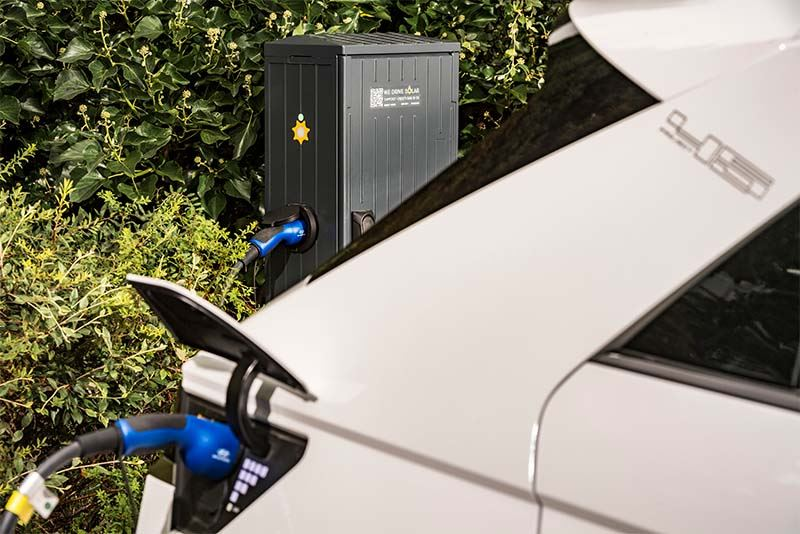 De IONIQ 5 beschikt over bidirectionele laadtechnologie en kan dus tijdens piekuren stroom teruggeven aan het elektriciteitsnet.
