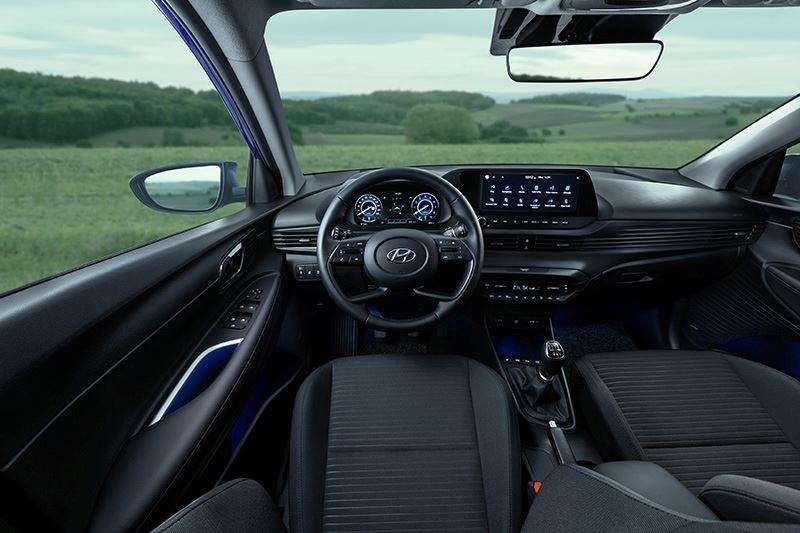 Voorin oogt de Hyundai i20 beduidend moderner dan de Mazda 2, mede dankzij het digitale instrumentarium en het forse 10,25-inch touchscreen.