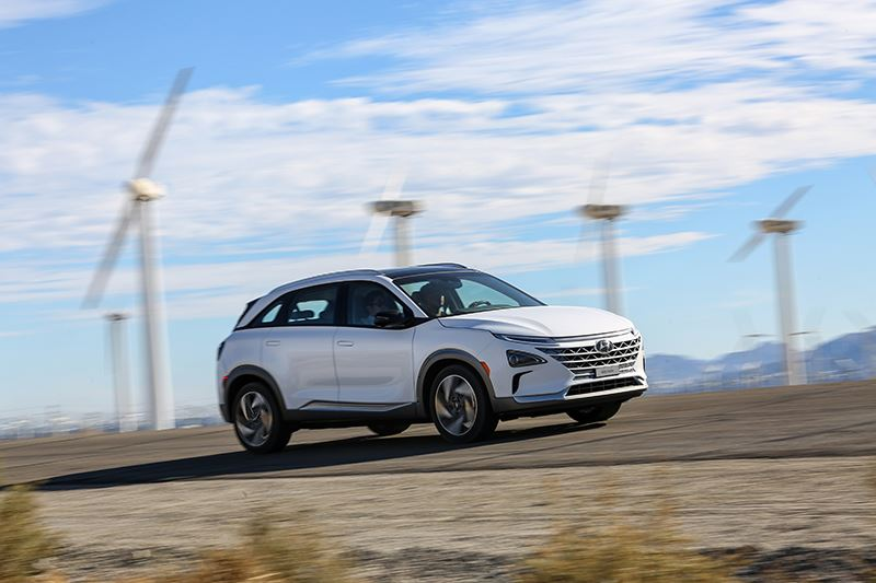 De Hyundai NEXO tank je binnen vijf minuten helemaal vol met waterstof. Daarmee kun je maar liefst 665 kilometer afleggen.
