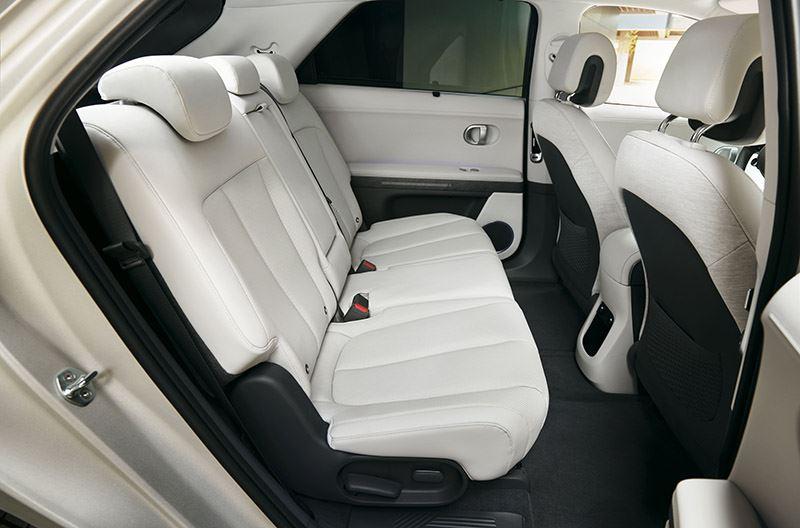 De Hyundai IONIQ 5 laat achterin een 'uitmuntend' noteren.