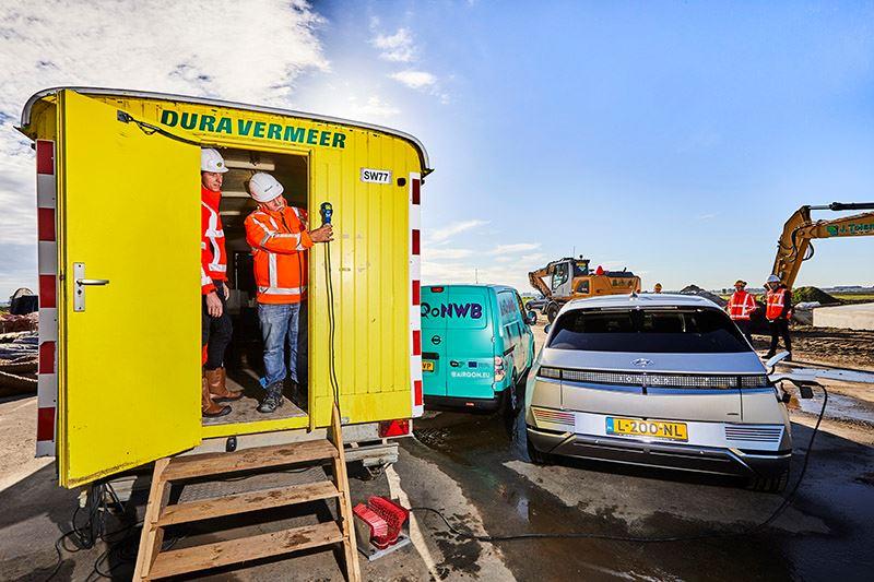 Dura Vermeer test hoe de stroom rechtstreeks uit de Hyundai IONIQ 5 onttrokken kan worden ten behoeve van de keet.