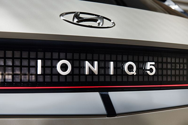 'De IONIQ 5 is de eerste auto waar je zonder extra kasten en benodigdheden gewoon een stekker in kunt pluggen en stroom kunt aftappen.'