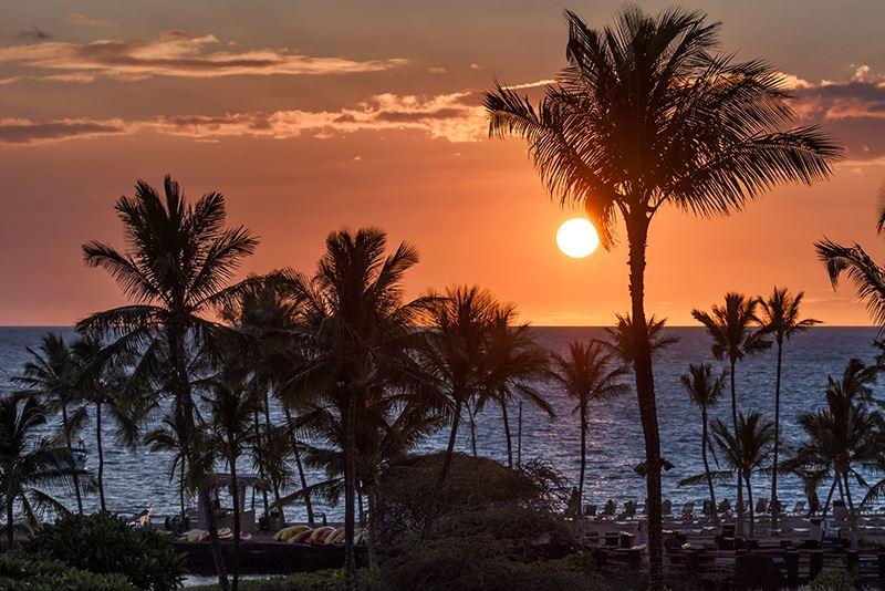 Kona is een klein toeristisch dorpje aan de westkust van Big Island, het grootste eiland van Hawaï. Vanwege de mooie zandstranden en de luxe hotels en resorts is het een populaire zon, zee en strandbestemming.