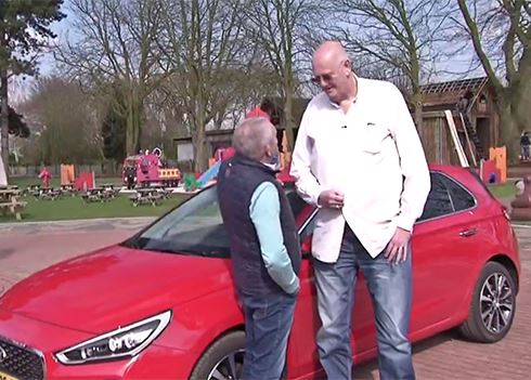 VIDEO: Langste autojournalist (2.21m) ter wereld test Hyundai i30