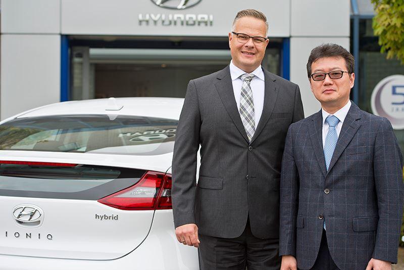 President Jooyong (Josef) Jung van Hyundai Motor Nederland verwelkomt Ronald Dubbelman als nieuwe algemeen directeur van Hyundai Motor Nederland.