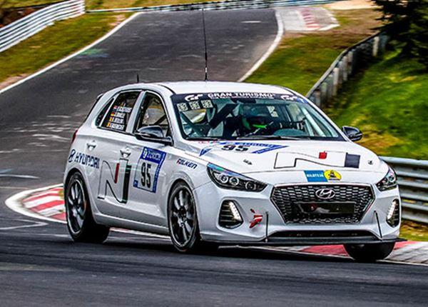 Nederlandse coureur Pieter Schothorst met Hyundai i30 N in 24 uursrace Nürburgring