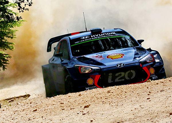 Hyundai-rallyrijder Thierry Neuville nadert Sébastien Ogier