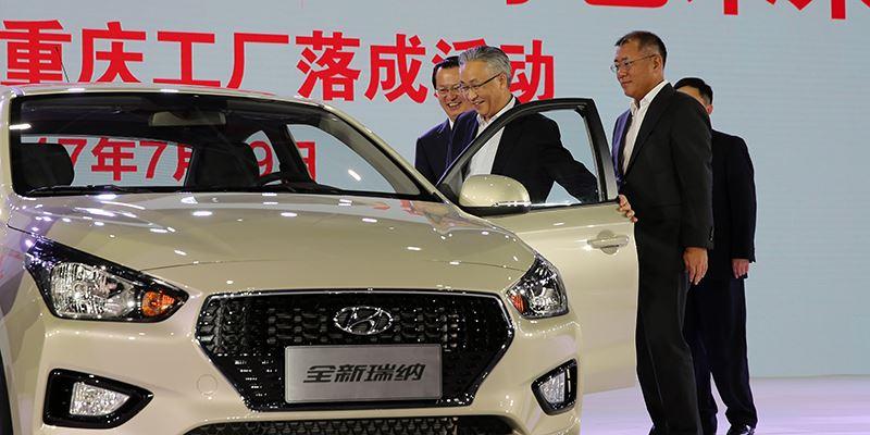 Foto: Hyundai Motor Company Vice Chairman Euisun Chung en burgemeester van Chongqing Zhang Guoqing bekijken een conceptauto tijdens de opening van de nieuwe fabriek.