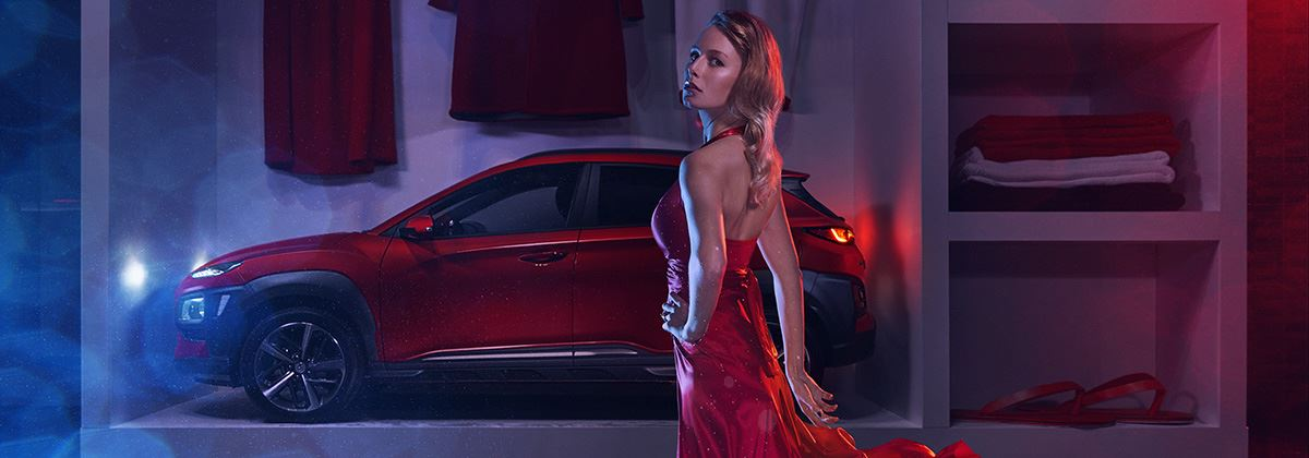 Hyundai KONA straalt in oversized kledingkast