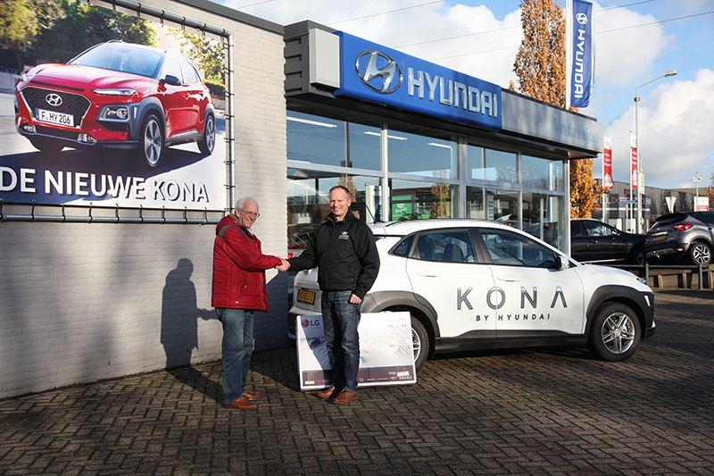 Foto: Op de foto krijgt de heer Nollen zijn prijs overhandigd door Frankwin van der Heijden van Hyundai Van der Heijden.