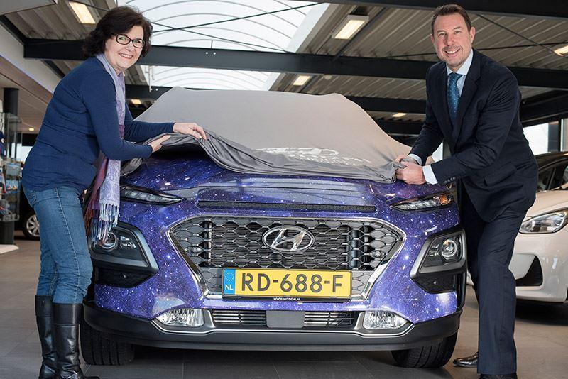 Jolanda van Orden de Graaf (links) onthult samen met Mike Belinfante van Hyundai Nederland haar zelfontworpen Hyundai KONA.
