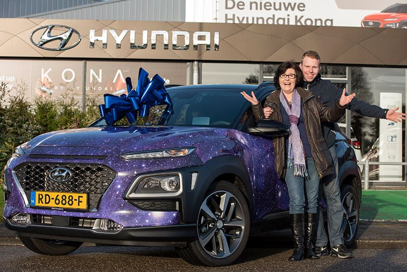 Superblij zijn Jolanda van Orden de Graaf en haar zoon Niels met hun prijs: een maand lang gratis rijden in hun zelfontworpen Hyundai KONA.