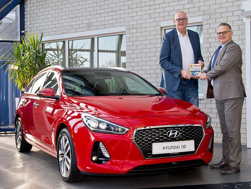 Foto: Initiatiefnemer Rob Bruintjes van OpMaat (2.21 meter) reikt de award uit aan Hyundai-directeur Ronald Dubbelman (1.87 meter).