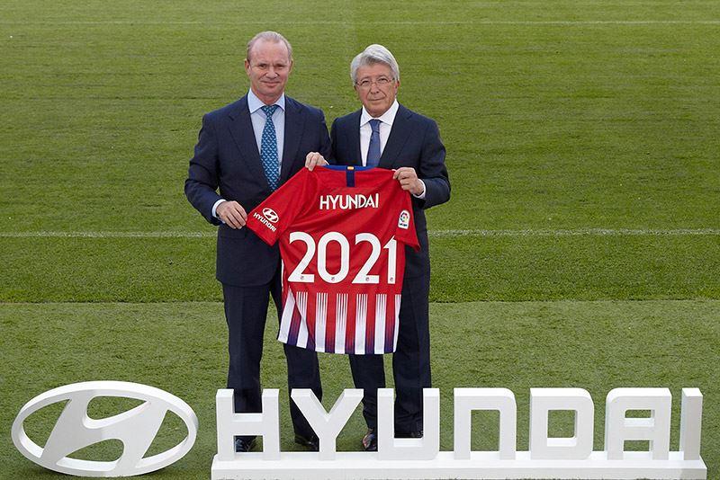 Foto: Leopoldo Satrústegui, Managing Director van Hyundai Motor Spanje (links) en Enrique Cerezo, voorzitter van Atlético Madrid.