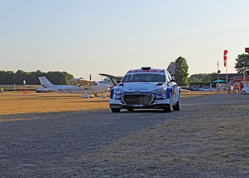 Spectaculair: tekeergaan met een rallyauto op een vliegveld