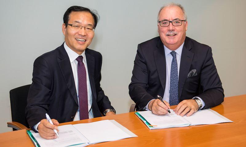 President Hyundai Motor Nederland Dong Hwan Shin (links) en Managing Director Arval Liam Donnelly.