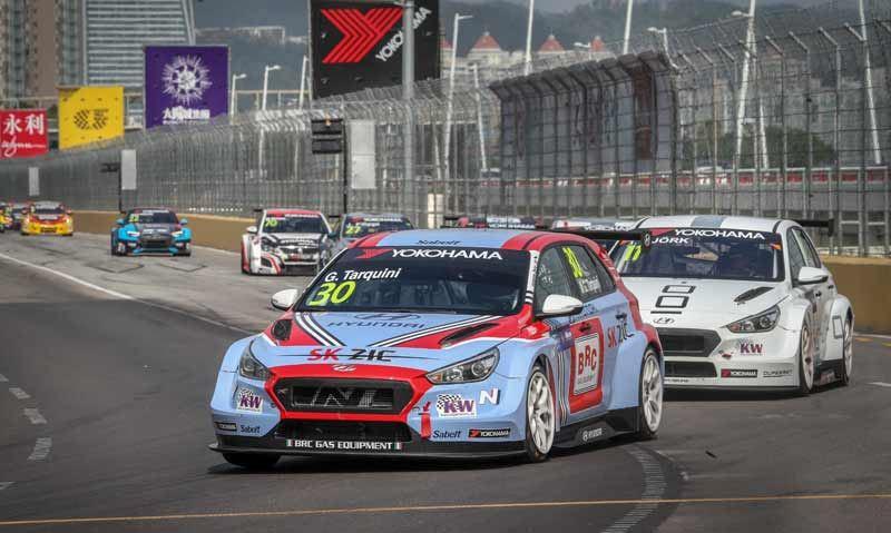 Gabriele Tarquini won met het BRC Hyundai-team de wereldtitel in de FIA World Touring Car Cup.