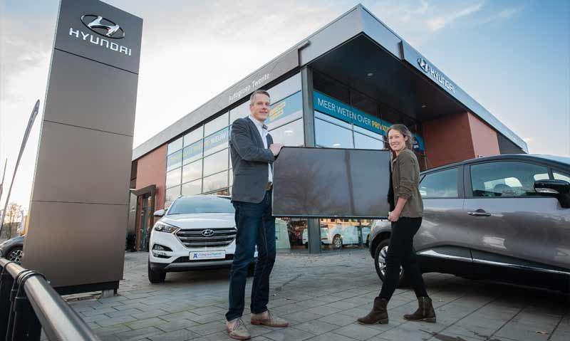 """Mevrouw Muermans is de gelukkige winnares van een LG 49"""" 4K-TV. Raymond Tijink van Hyundai-dealer Autogroep Twente Enschede reikte de prijs uit."""