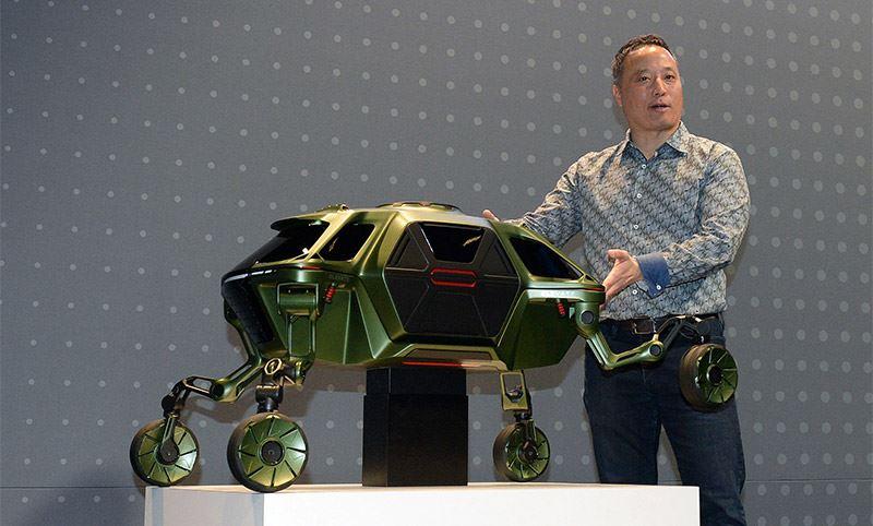 Fotografie: John Suh, Vice President bij Hyundai CRADLE, presenteert de Elevate Walking Car Concept tijdens CES 2019.
