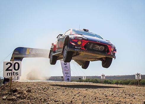 Rallyteam net naast het podium