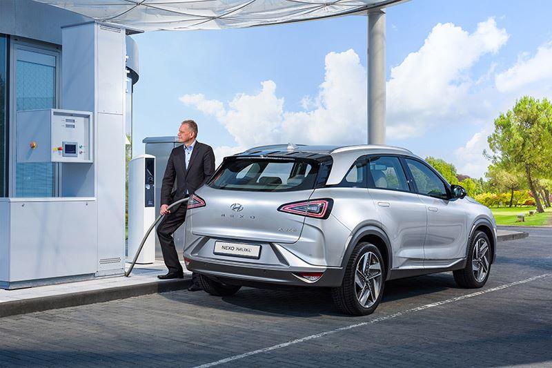 Onder de motorkap van de Hyundai NEXO ligt geen verbrandingsmotor, maar een brandstofcel die waterstof omzet in elektriciteit waarmee de elektromotor wordt aangedreven.