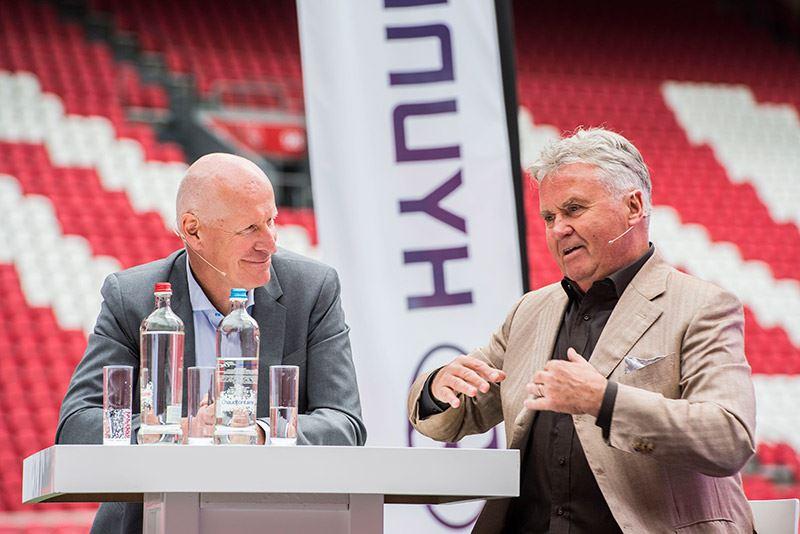 Voormalig teamchef van het nationale elftal van Zuid-Korea en huidig NOS-commentator Jan Roelfs (links) interviewt Guus Hiddink, voormalig bondscoach van Zuid-Korea.