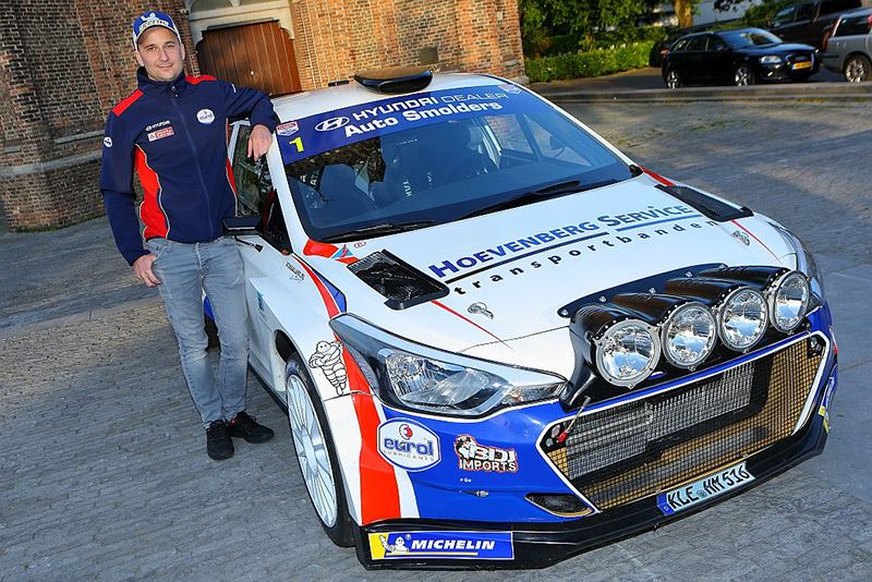 Bob de Jong naast zijn Hyundai i20 R5 (foto Edwin Hengelman).