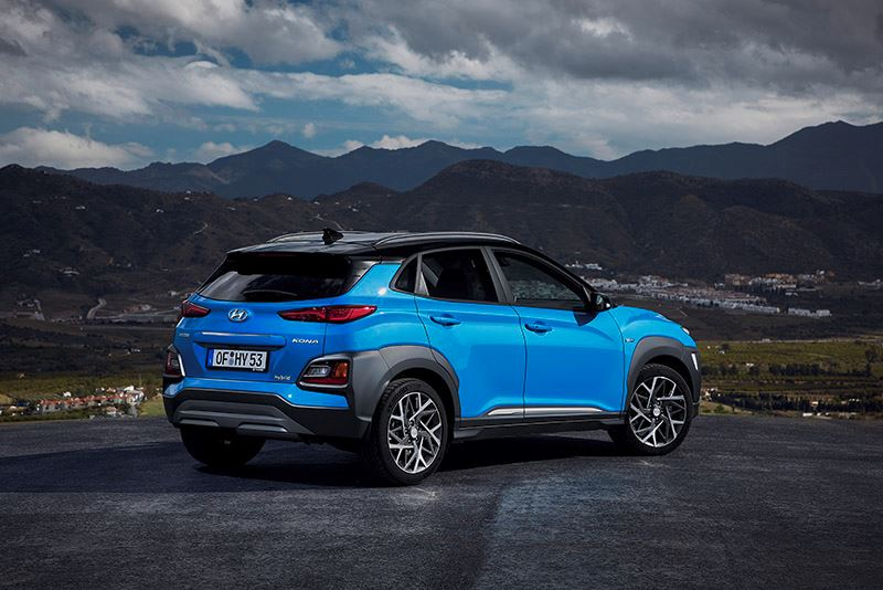 De nieuwe Hyundai KONA Hybrid combineert de voordelen van een zuinige benzinemotor met de trekkracht van een elektromotor.