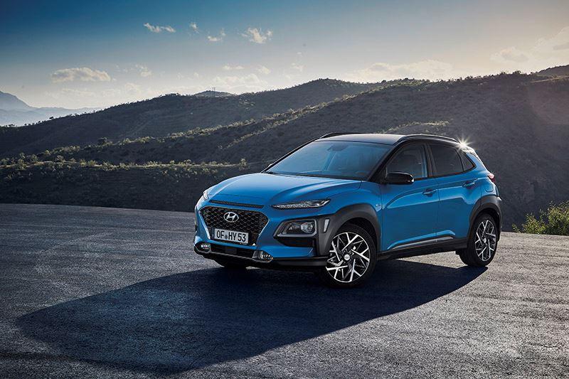 De accu van de nieuwe Hyundai KONA Hybrid laadt automatisch op door de energie die wordt opgewekt tijdens uitrollen en remmen.